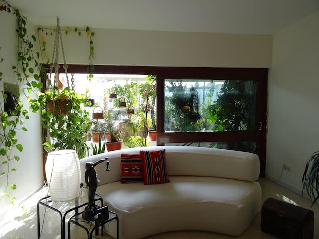 Chambre N°1 dans un mignon duplex style americain