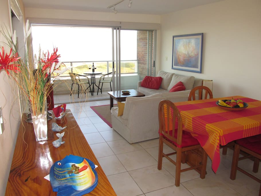 3/4 -Living-Dining Room looking out at the ocean (sofa/cama - queen)