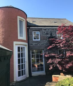 The Cottage - 1 bed, 2 floors and garden access