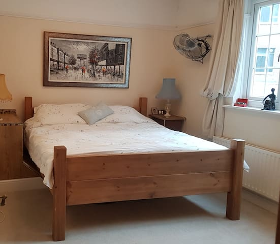 Super King Size bed, central Southsea with parking