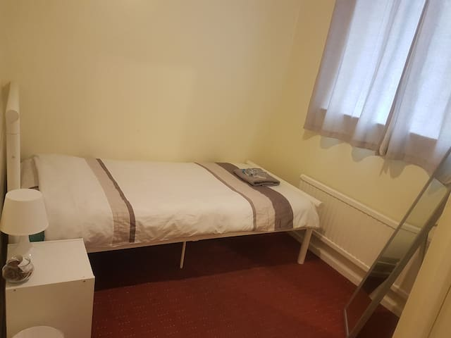 Clean, cosy and convenient single room with key