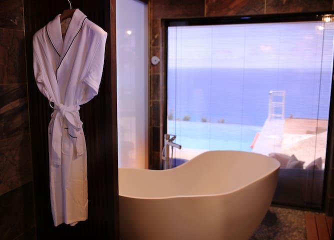 豪华卫浴,双面玻璃,边泡澡边欣赏海景