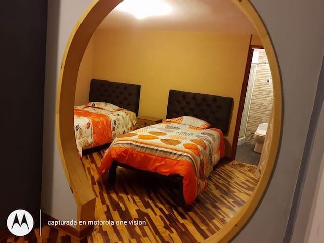Dormitorio con sala y baño privado