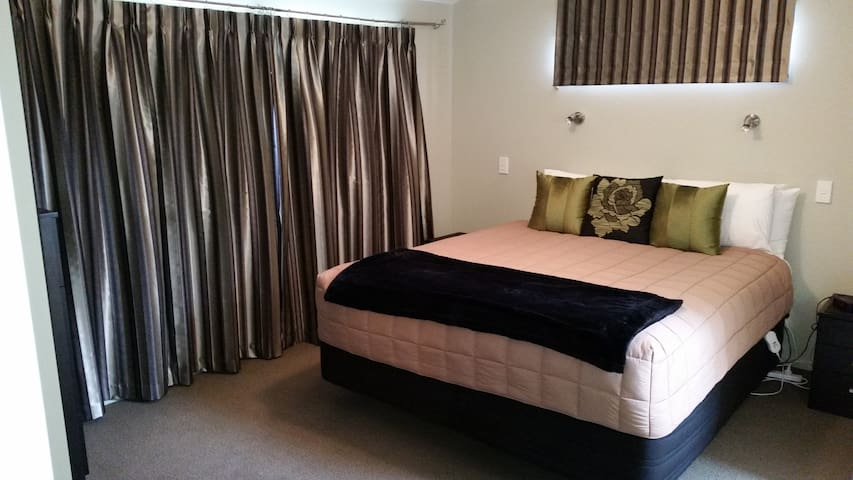 Entire house 3 bedrooms plus study with single bed