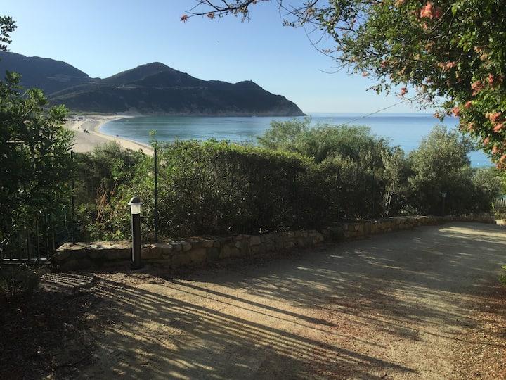 Casa con giardino a 100 mt dal mare - Free WiFi