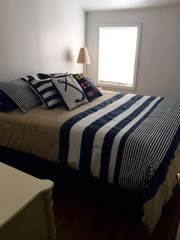 Cozy 1 Bedroom Downtown Apartment - Kingston - Lägenhet