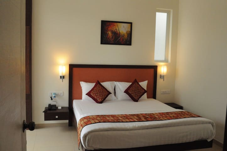 1 BHK Suite with Queens bed