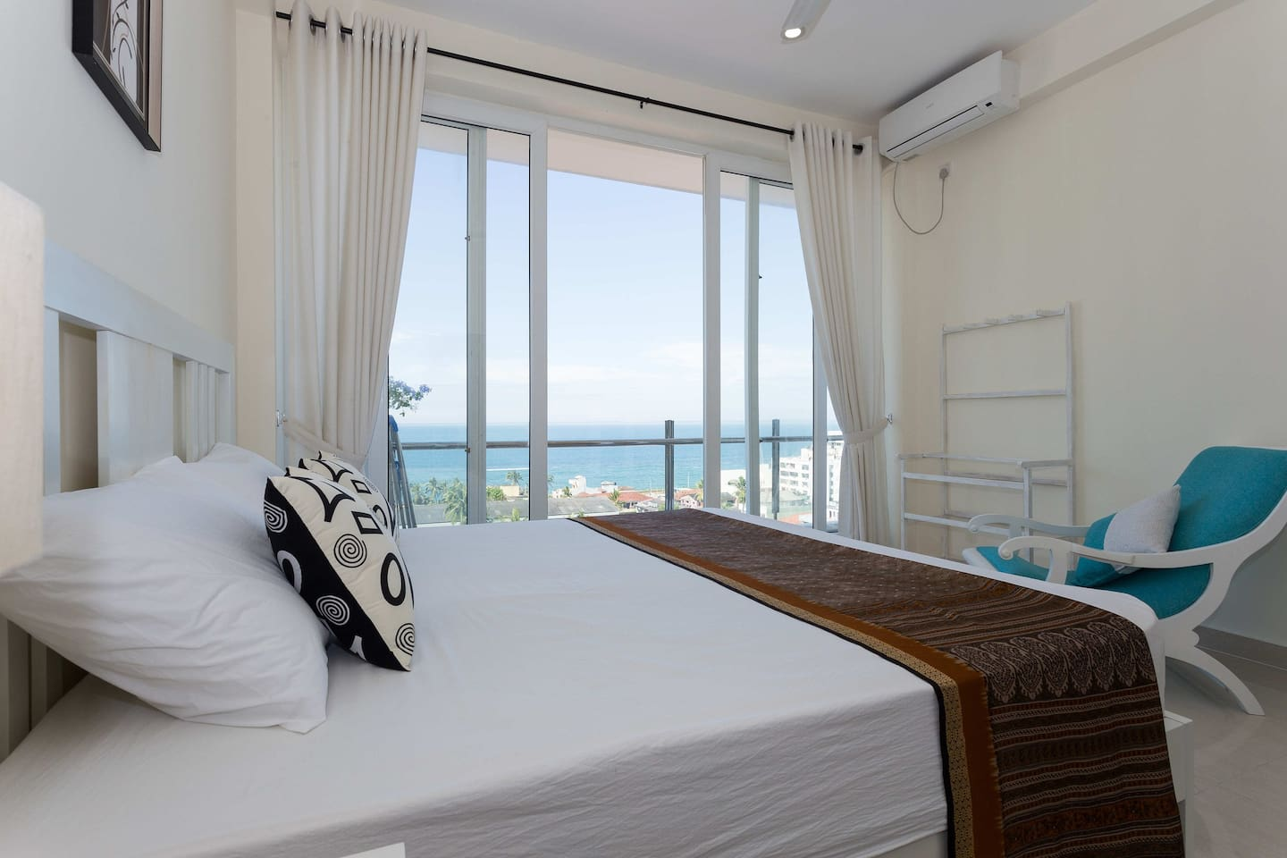 Sea view master King size bed