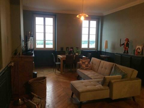 Grande chambre dans logement ancien rénové