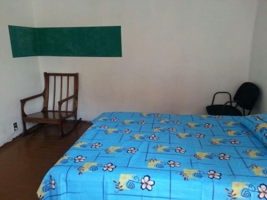LA cama es matrimonial y aparte tiene un buen espacio.