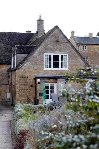 2-3 bed Cotswolds cottage. Pets & kids welcomed.