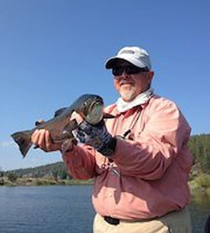 AREA ACTIVITIES: Klamath Lake has several pull off spots for boat launches or shoreside fishing.