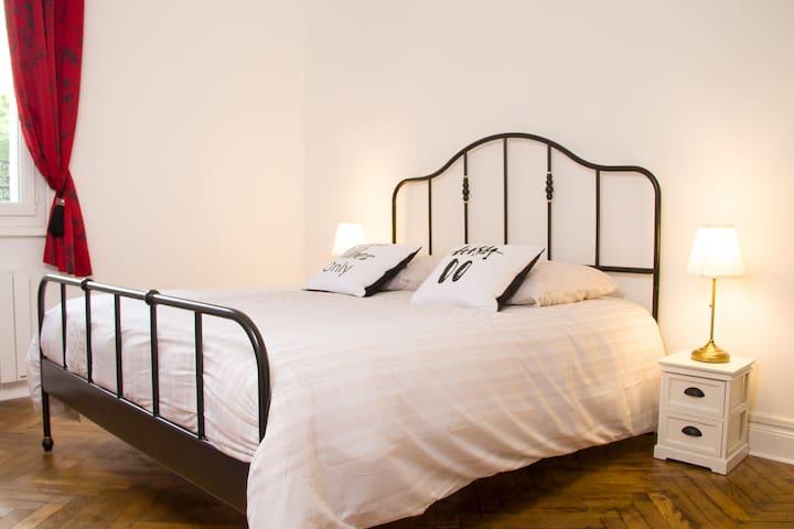 Le grand lit tout confort de la chambre.