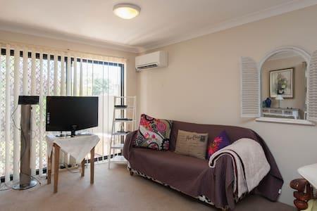 Large room, balcony &  ensuite  - Matraville - Bed & Breakfast