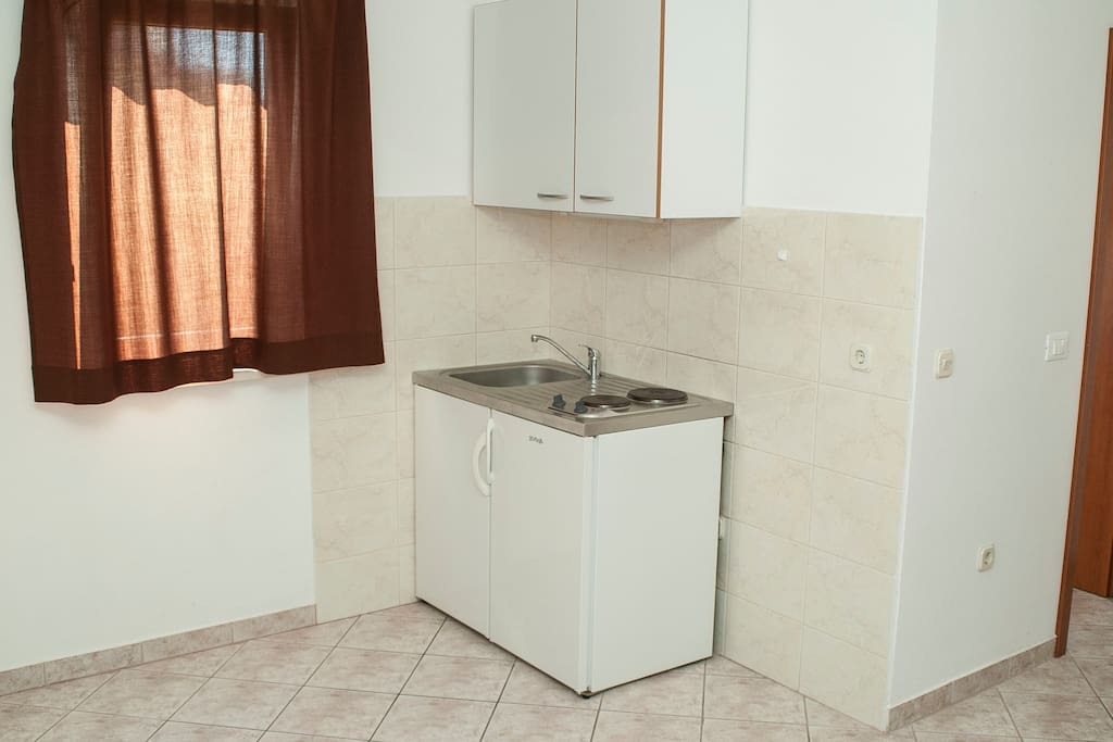 Kitchenette with fridge, pots and pans and other kitchenware included