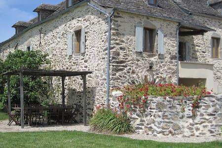 Gîte de charme avec piscine - Pradinas - Haus