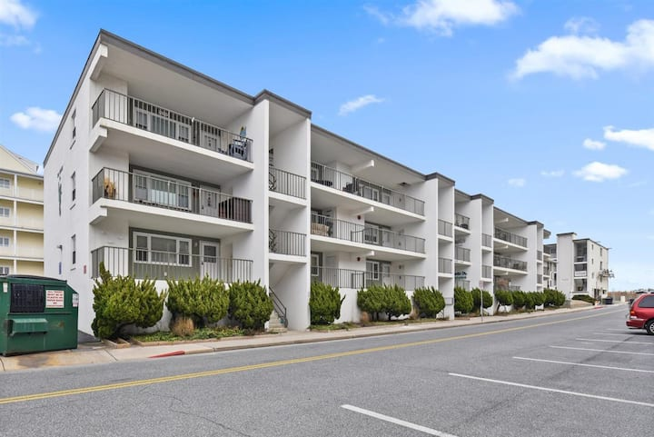 Midtown Location, 2 Bedroom Condo, Steps to the Beach!