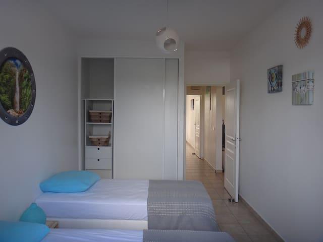 chambre climatisée avec 2 lits 1 place idéale pour des enfants. possibilité de réunir les 2 lits pour faire 1 lit double