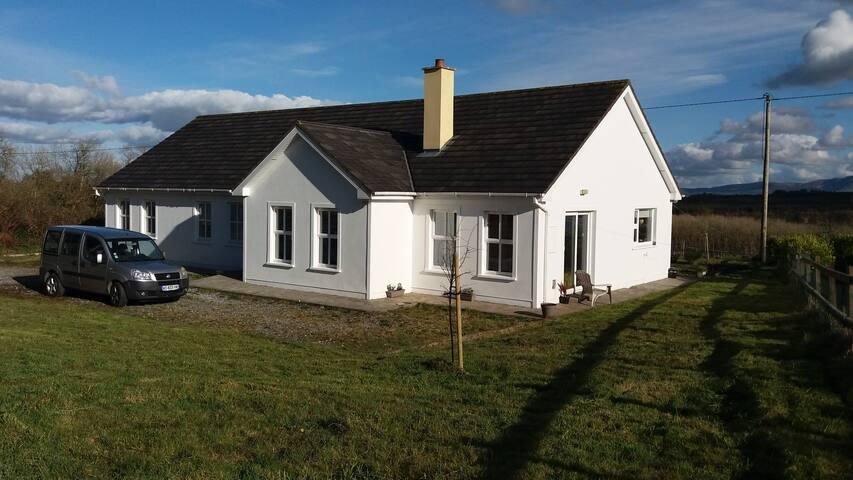 Maison récente lumineuse à 20 mn de Killarney - Kerry - Rumah