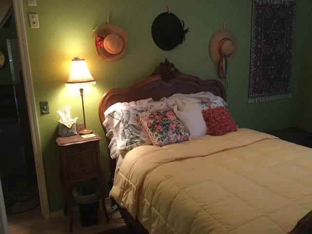 Single Room with private en suite bath