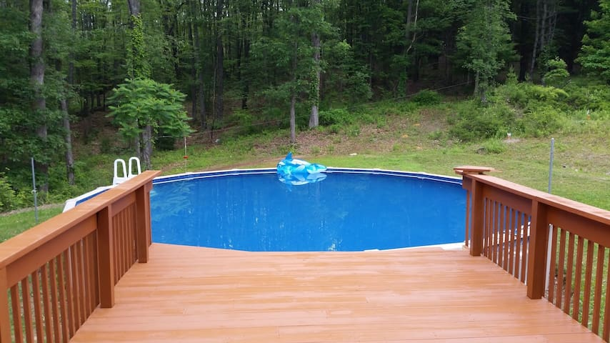 10 Acres, Secluded, Sauna. Pool. - Brodheadsville - Hus