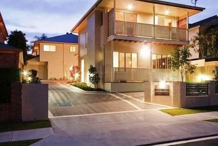 Modern bedroom close to City - Annerley - Townhouse