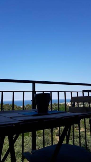 Un balcone dal quale ammirare il mare sorseggiando un drink