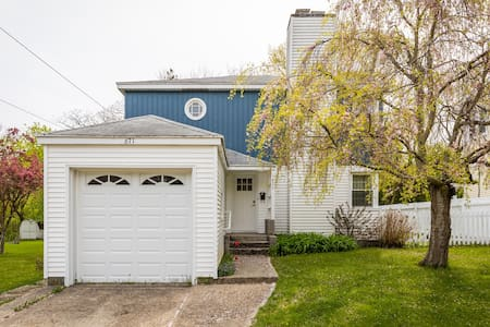 Relaxation Station. Easy Walk to Downtown. Large Yard. 5 Blocks to Lake Michigan Beach