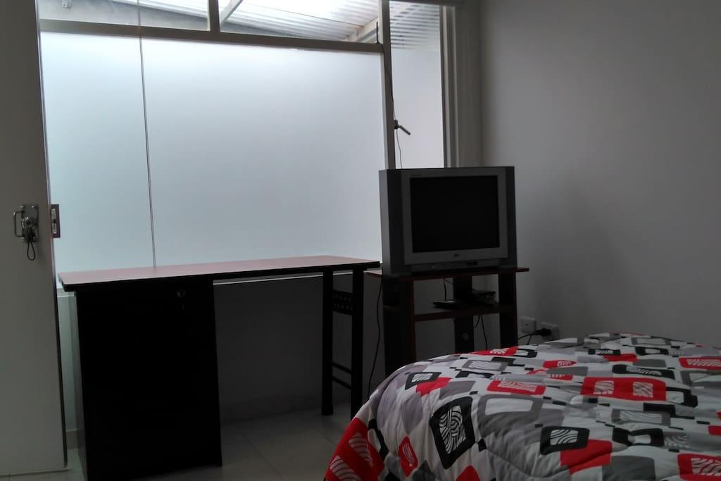 Tiene buena luz dia, TV, escritorio