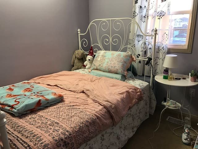 Lovely room with comfortable bed - Guelph