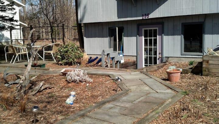 Fully furn apt; parking, patio, laundry, near CU