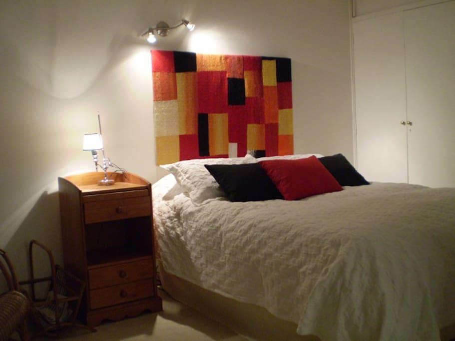 Dormitorio: cama 2 plazas c/colchón de resortes