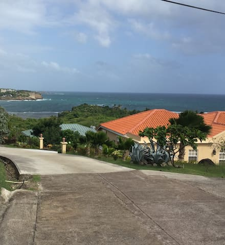 Spacious, secluded beach home, short walk to beach - Saint George - 一軒家