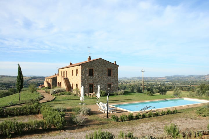 Podere Granai: 1st floor apartment with pool