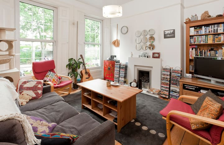 Child friendly 2 bed flat with cats!