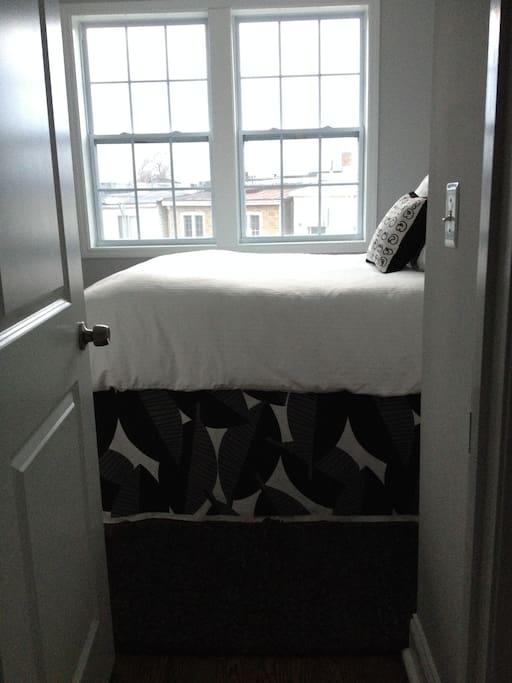 Bedroom w Queen sized bed