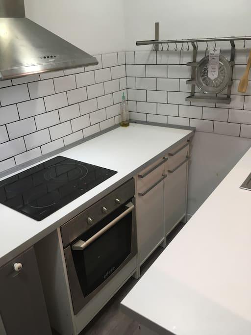 cocina con horno, refrigeradora, etc.