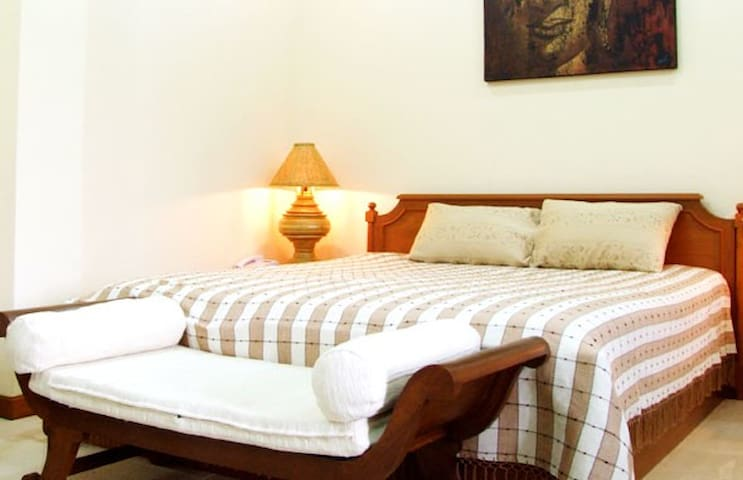 Best Location near Tha Pae Gate - Nomad Crashpad - Si Phum - Guesthouse