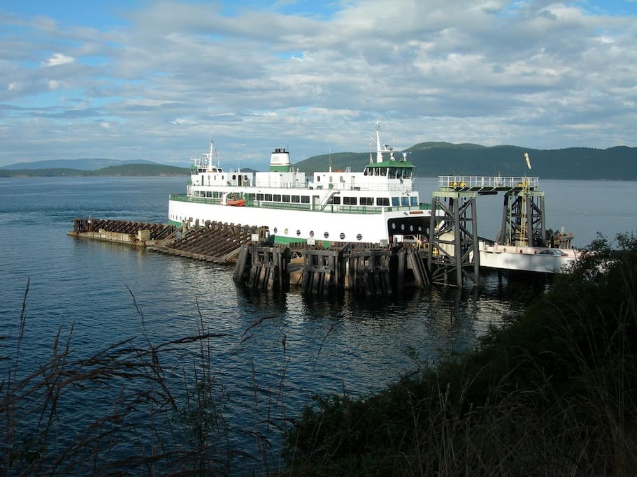 Ferry arrives at Orcas Landing