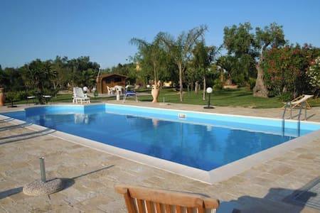 Villa con piscina immersa nel verde - Cutrofiano