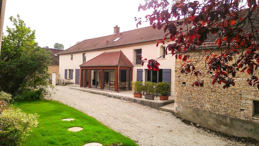 Le Clos de Mariette, in Champagne. - Longpré-le-Sec - Hus