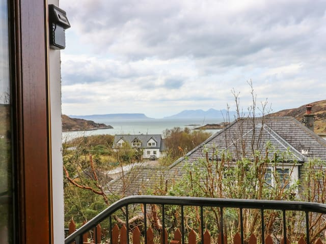 1 SANDHOLM, family friendly, with open fire in Mallaig, Ref 981574