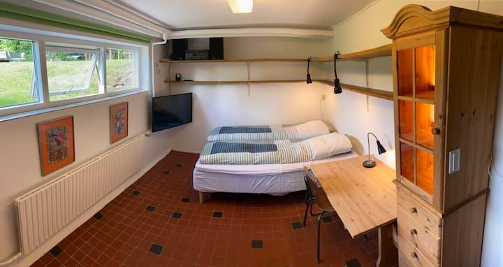 Apartamento en el sótano con terraza soleada