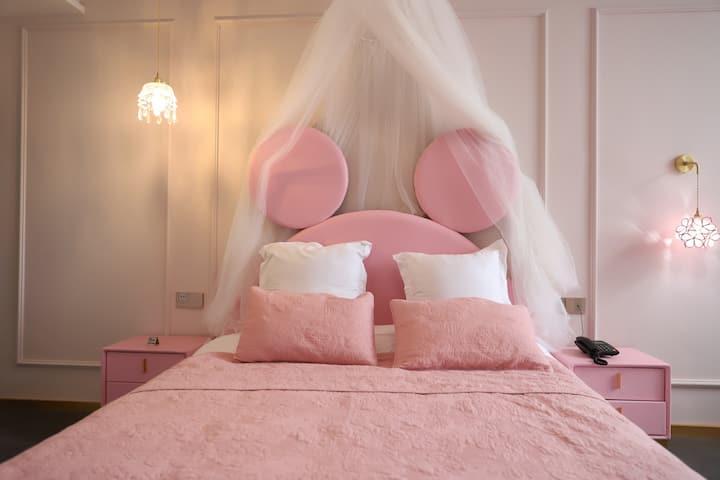 江畔民宿-mickey 泡泡池 娃娃机 粉色公主大床房
