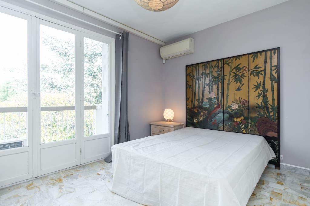 Chambre a coucher spacieuse avec air conditionnée
