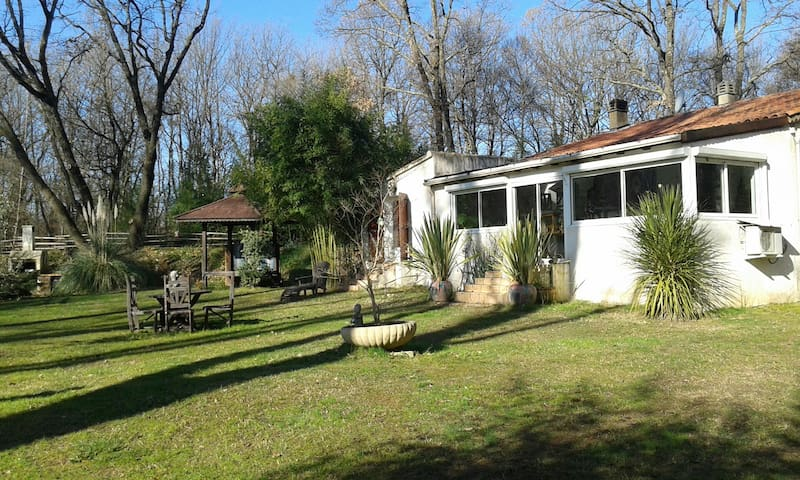 Maison atypique dans un lieu d'exception - La Celle - บ้าน