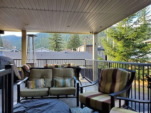 Beautiful 3 Bedroom House Steps to Cultus Lake