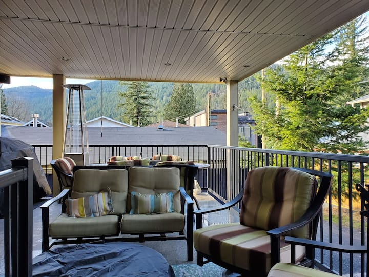 Beautiful 3 Bedroom House Steps to Cultus Lake