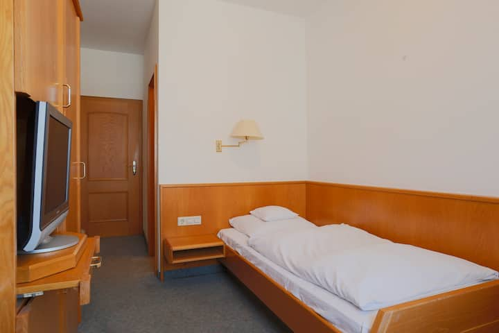 Einzelzimmer (N1) & eigenes Bad: 73262 Reichenbach