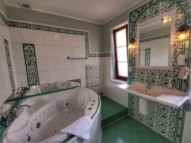 Apartament dla dwojga z mega wanną z hydromasażem